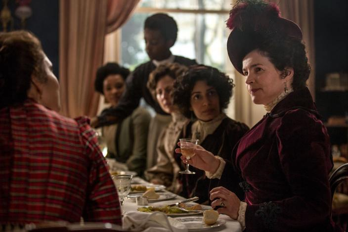 Mrs. Wilcox, Julie Ormand, meets the Bohemians of Edwardian London. Courtesy 2017 Starz Entertainment LLC