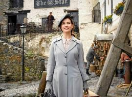 "Lily James in ""The Guernsey Literary and Potato Peel Pie Society"" (Photo: Netflix)"