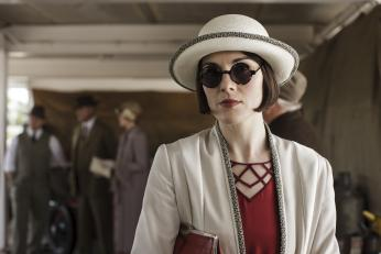 Racetrack chic looks super great on Lady Mary. (Photo:  Courtesy of Nick Briggs/Carnival Film & Television Limited 2015 for MASTERPIECE)