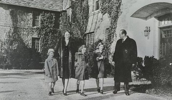 The Crown Prince and Princess and their family at Pooks Hill, 1942. National Archives of Norway, Creative Commons. 1942.