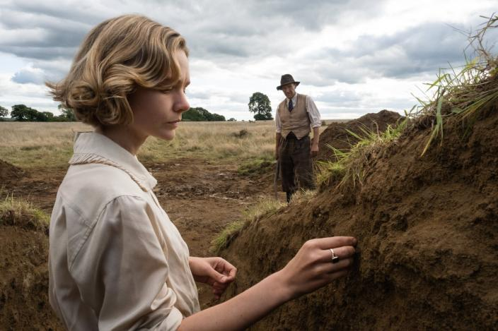 Edith Pretty (Carey Mulligan) and Basil Brown (Ralph Fiennes) (Photo: Netflix)