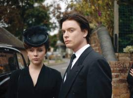 Jeremy Bamber (Freddie Fox) and Julie Mugford (Alexa Davies) © ITV/HBO-MAX