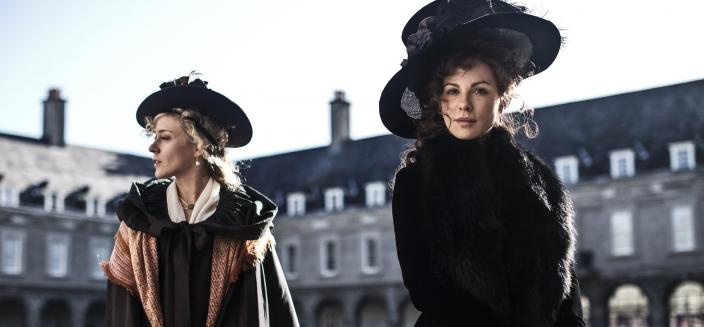 """Chloe Sevigny and Kate Beckinsale in Amazon film """"Love and Friendship"""" (Photo: Roadshow Pictures/Amazon Studios)"""